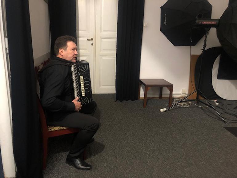 muzyczna rozgrzewka przed pozowaniem do portretu w studio